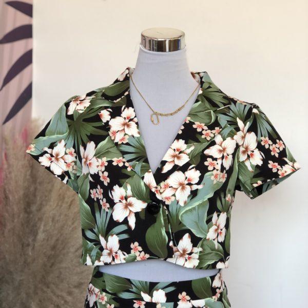 blazer corto color verde con el estampado de hojas verde y flores blancas - ecuador - ropa gallardo