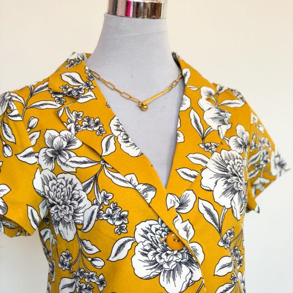 blazer corto color amarillo con el estampado de flores blancos - ecuador - ropa gallardo