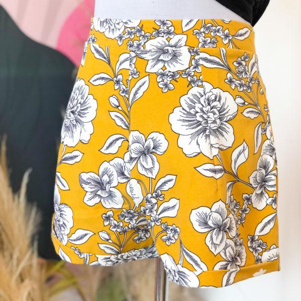 short de tela color amarillo con el estampado de flores blancas - ecuador - ropa gallardo