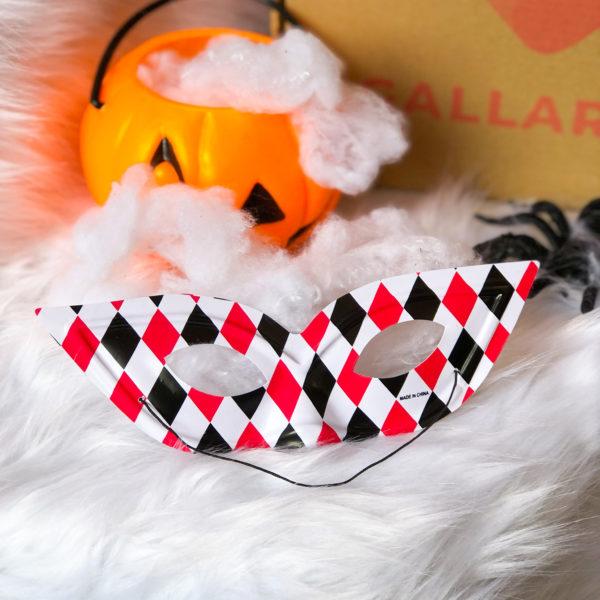 antifaz de halloween con estampado de rombos de color negro y rojo - ropa gallardo -ecuador - halloween